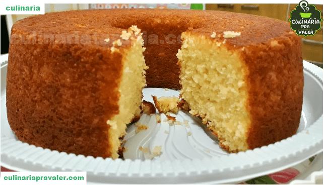 O fantástico bolo de pão com leite condensado e coco delicioso