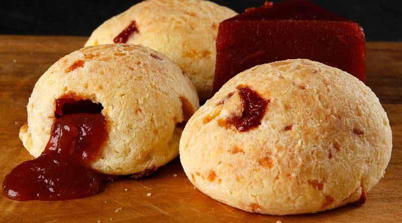 Pão de queijo recheado com goiabada