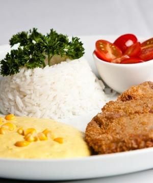 Receita pf de bife à milanesa c creme de milho arroz e salada de tomate