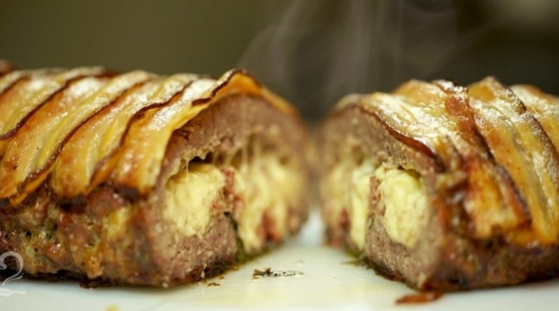 Rocambole de carne moída com queijo e bacon