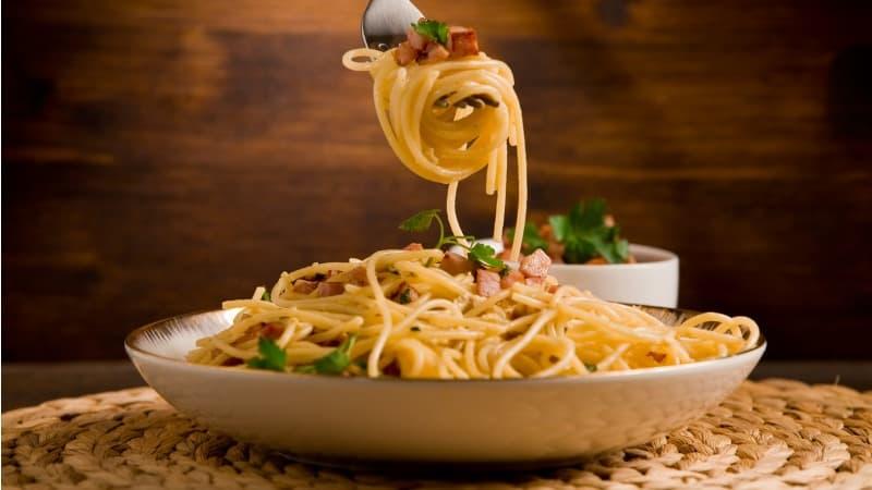 Como fazer espaguete à carbonara