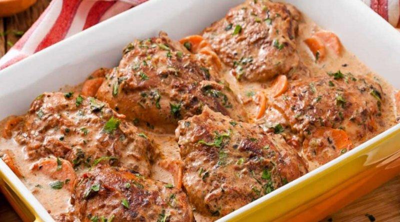 Coxa e sobrecoxa de frango no creme de cebola