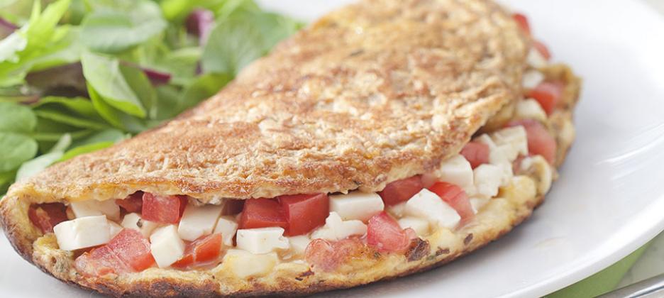 Omelete integral com queijo branco, tomate e orégano