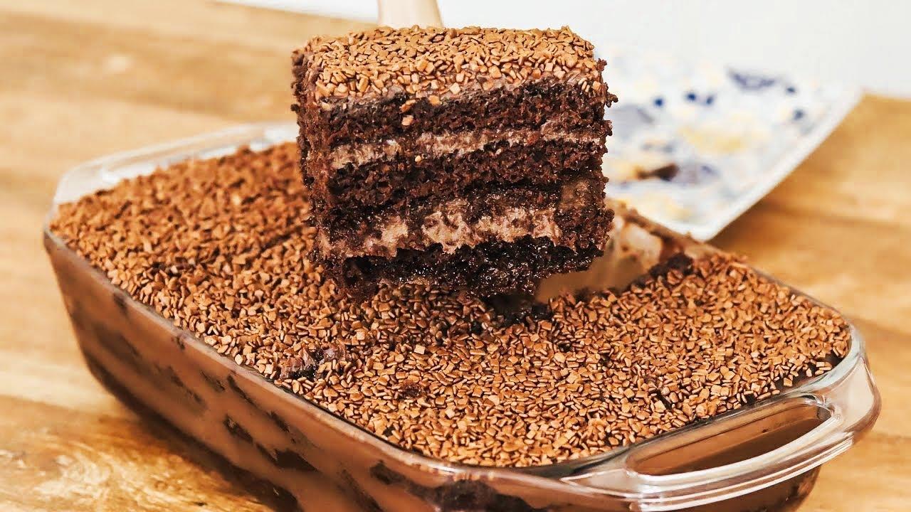 Receita de bolo gelado de chocolate super delicioso e super fácil em uma travessa