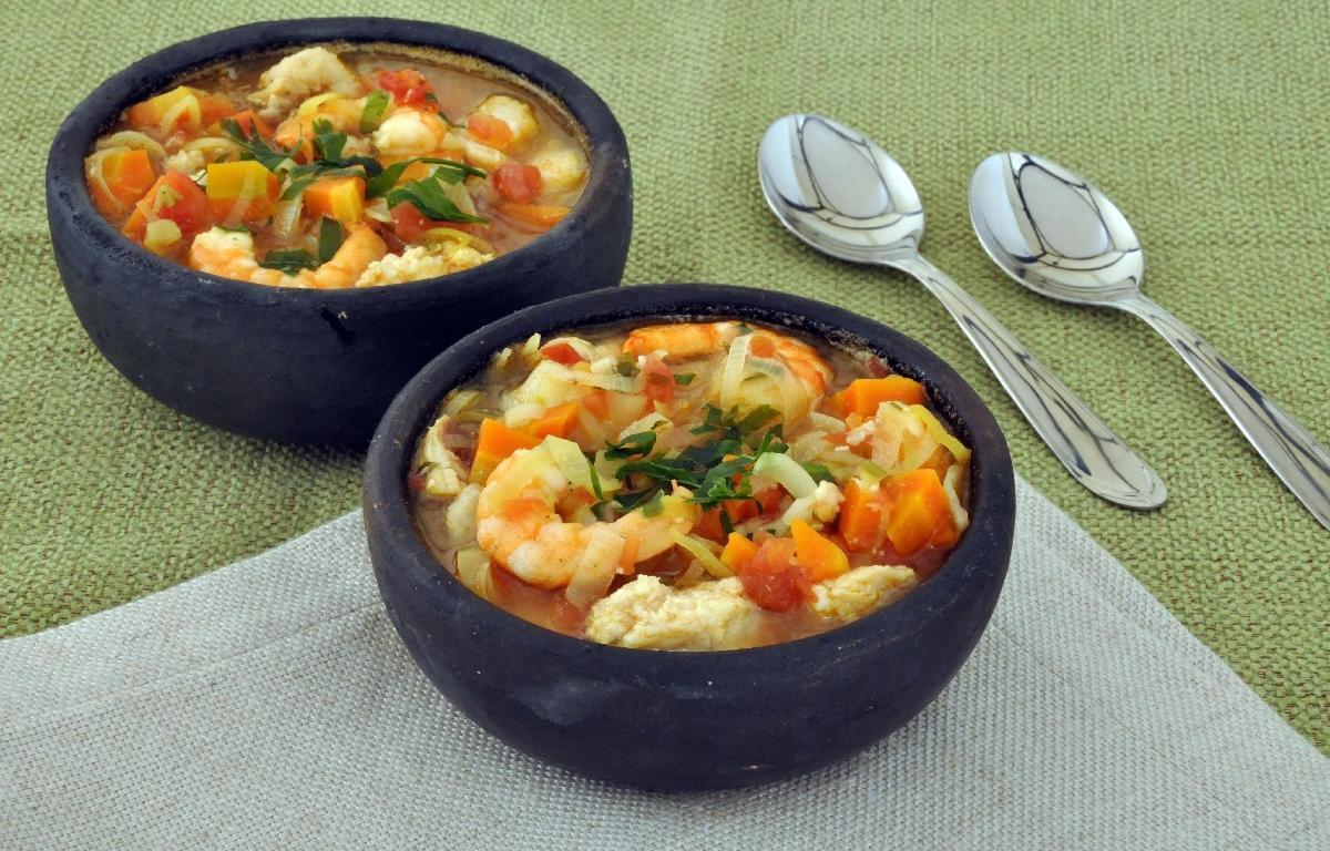 Receita de caldo de tomate com peixe e camarão fácil