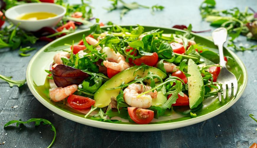 Receita de salada de camarão com abacate simples