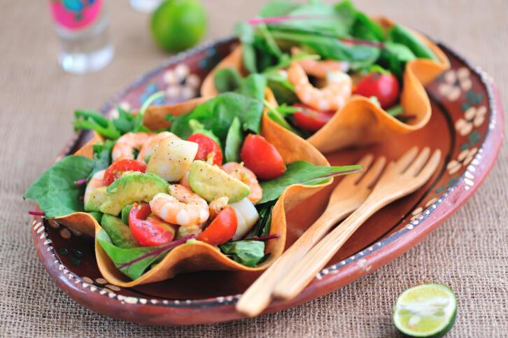Receita de salada de camarão e abacate com molho de tangerina fácil