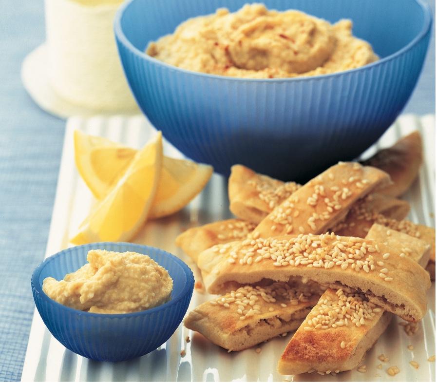 Torradas de pão árabe com homus