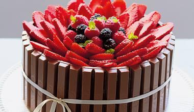 receita bolo kit kat com frutas vermelhas fácil