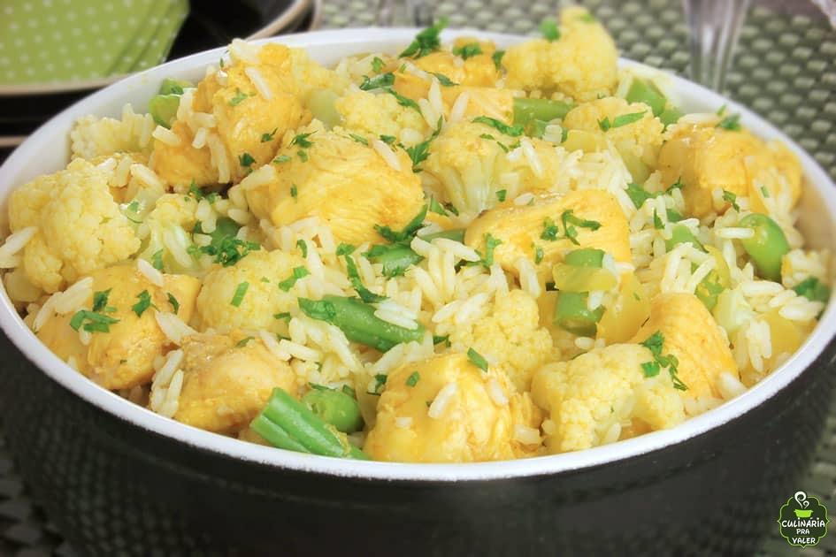 Arroz com frango couve flor e curry muito saborosa