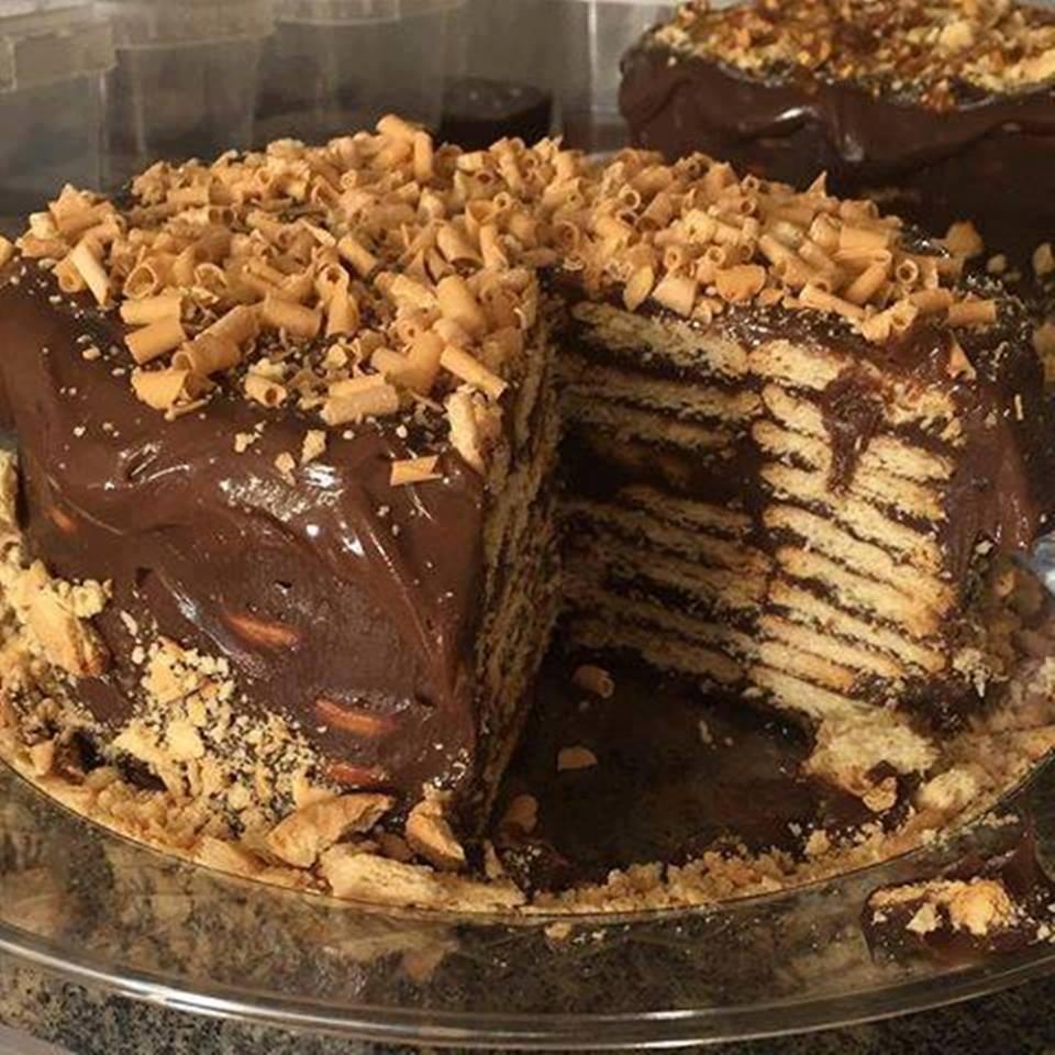 Bolo biscoito com brigadeiro ou torta de palha italiana uma delícia