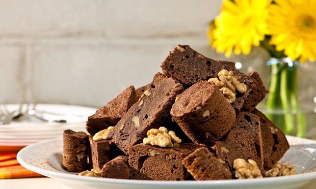 Brownie de chocolate e nozes caseira e super fácil de preparar