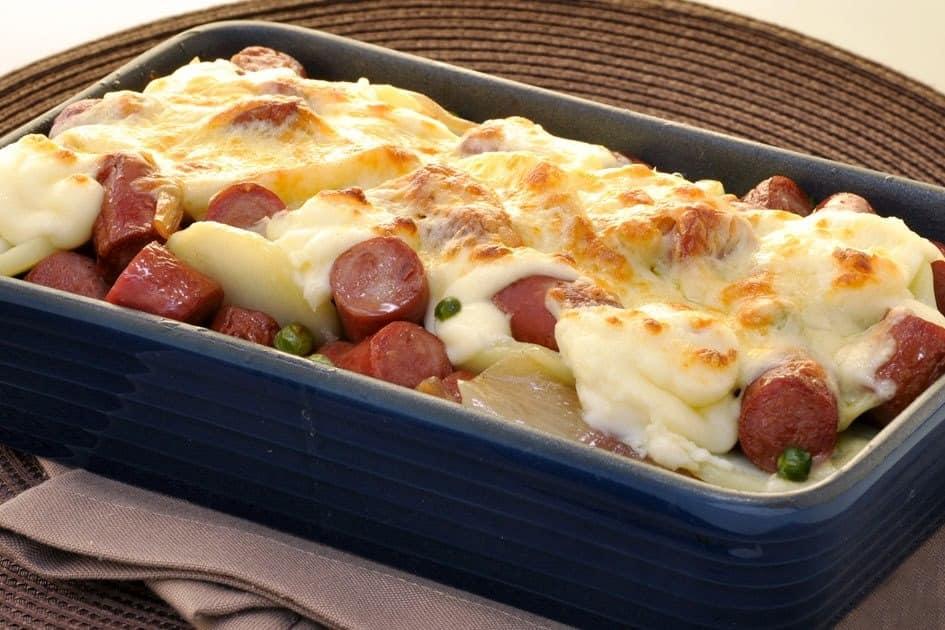 Linguiça com batata e queijo derretido gostosa demais