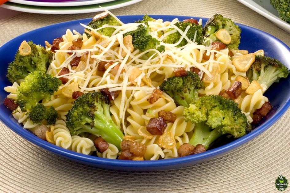 Macarrão parafuso com brócolis e bacon experimente essa deliciosa receita e apaixone-se
