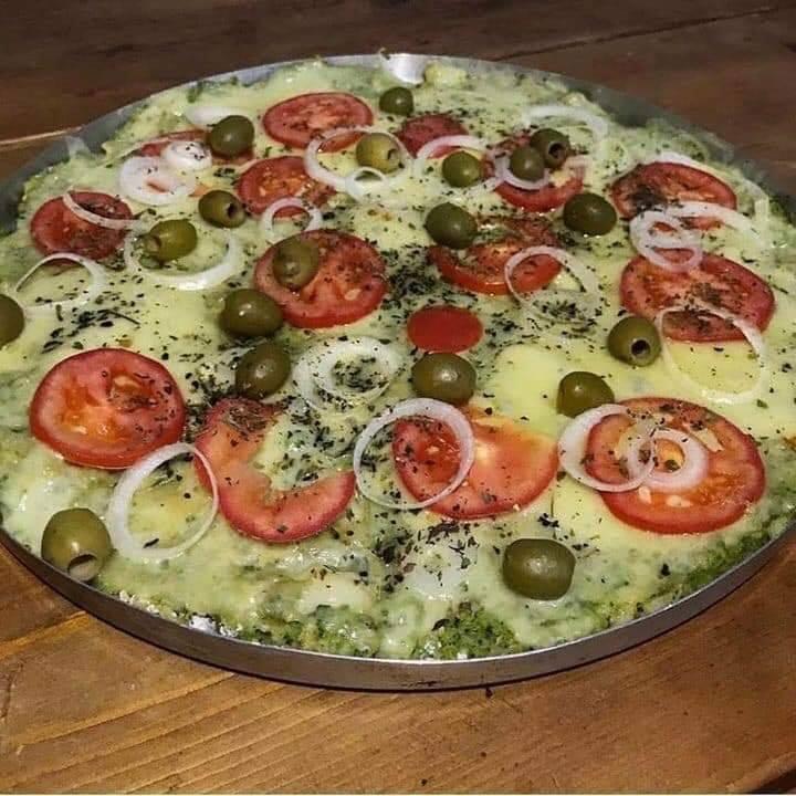Massa de brócolis com couve flor saindo uma pizza deliciosa e super saudável em 3 2 1