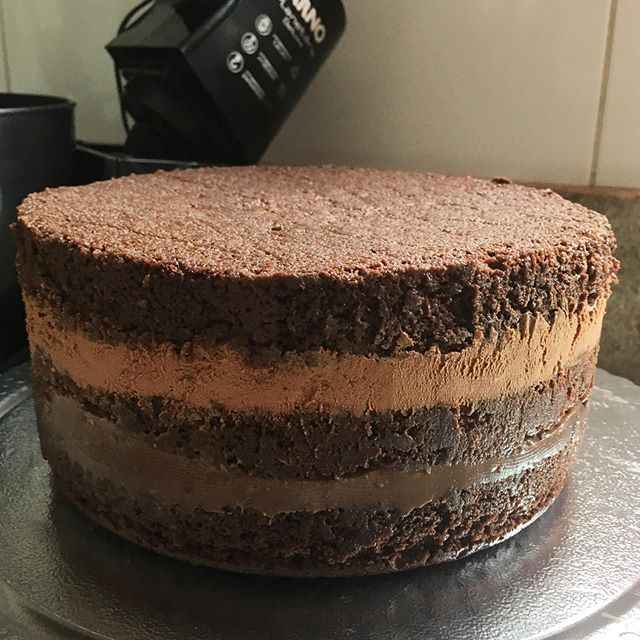 Massa de pão de ló chocolatudo simples e fácil de fazer