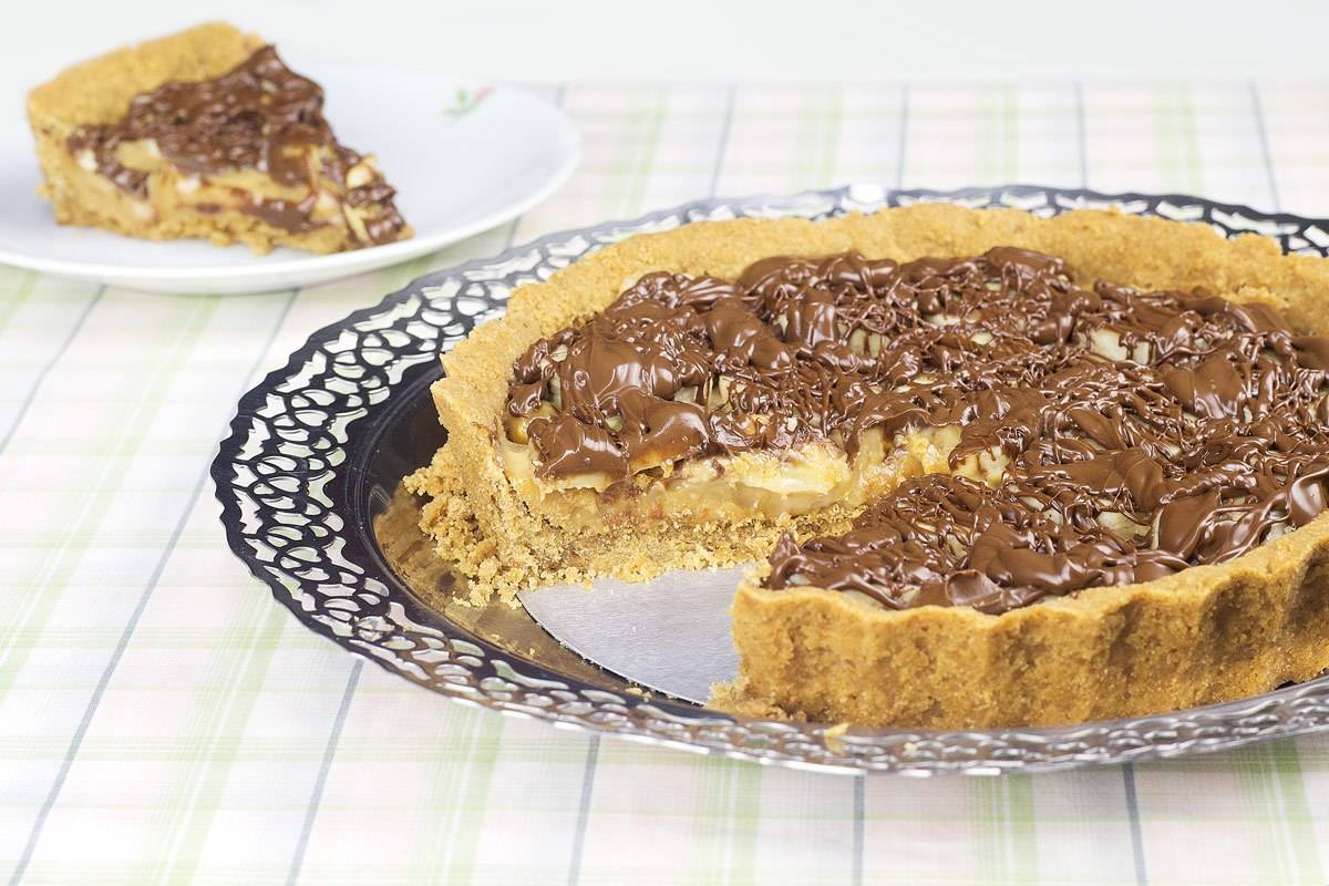 Receita de torta de banana e doce de leite com cobertura de chocolate um escândalo