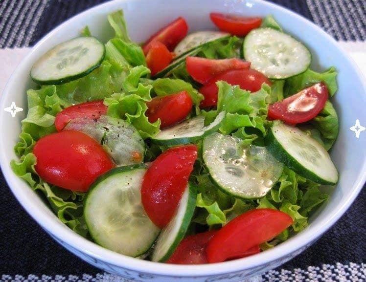 Salada de alface, pepino e tomate cereja fica incrível