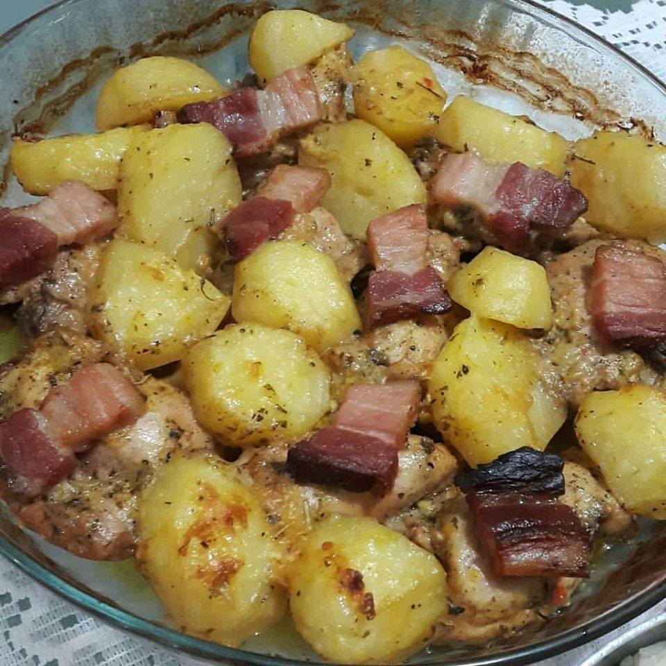 Sobrecoxa assada com batatas e bacon com gostinho de comidinha da mamãe