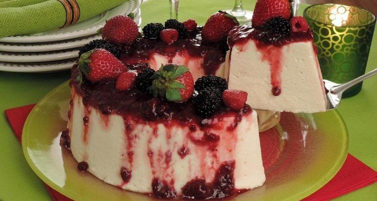 Sorvetão com calda de frutas vermelhas sobremesa dos deus