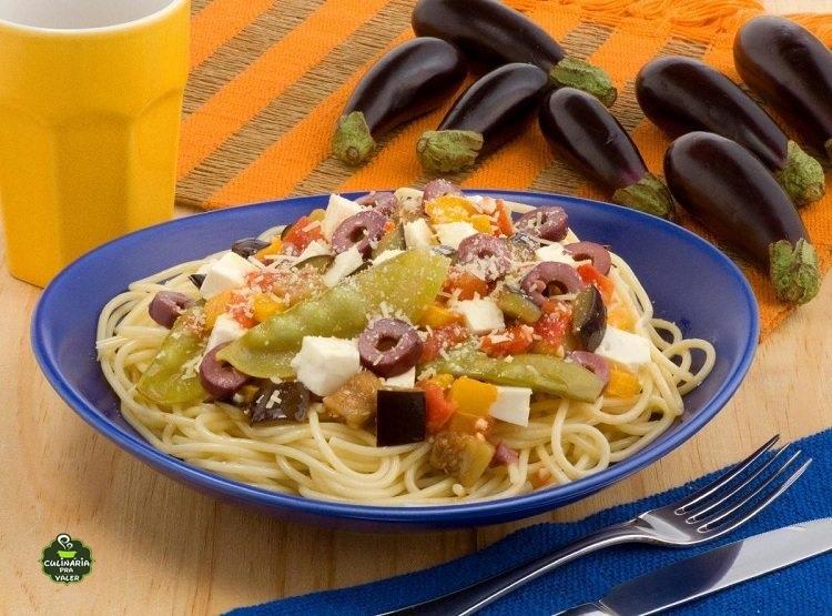 Espaguete com legumes e queijo fica muito gostoso