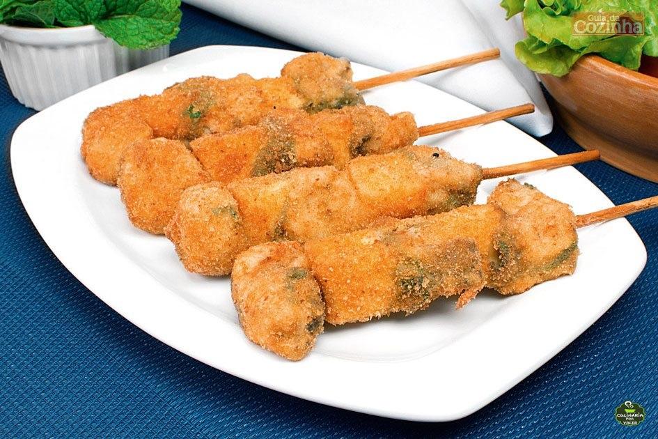 Espetinho de peixe com queijo e hortelã crocante especial