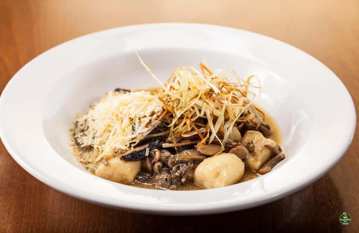 Gnocchi com ragu de cogumelos e crispy de alho poró fantástico