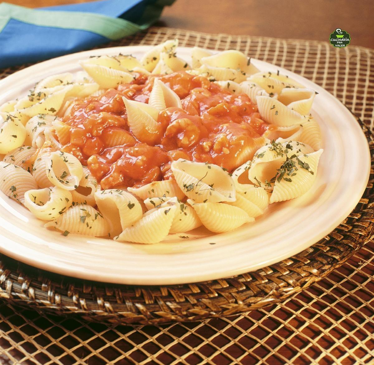 Macarrão ao molho de camarão cremoso simples e fácil