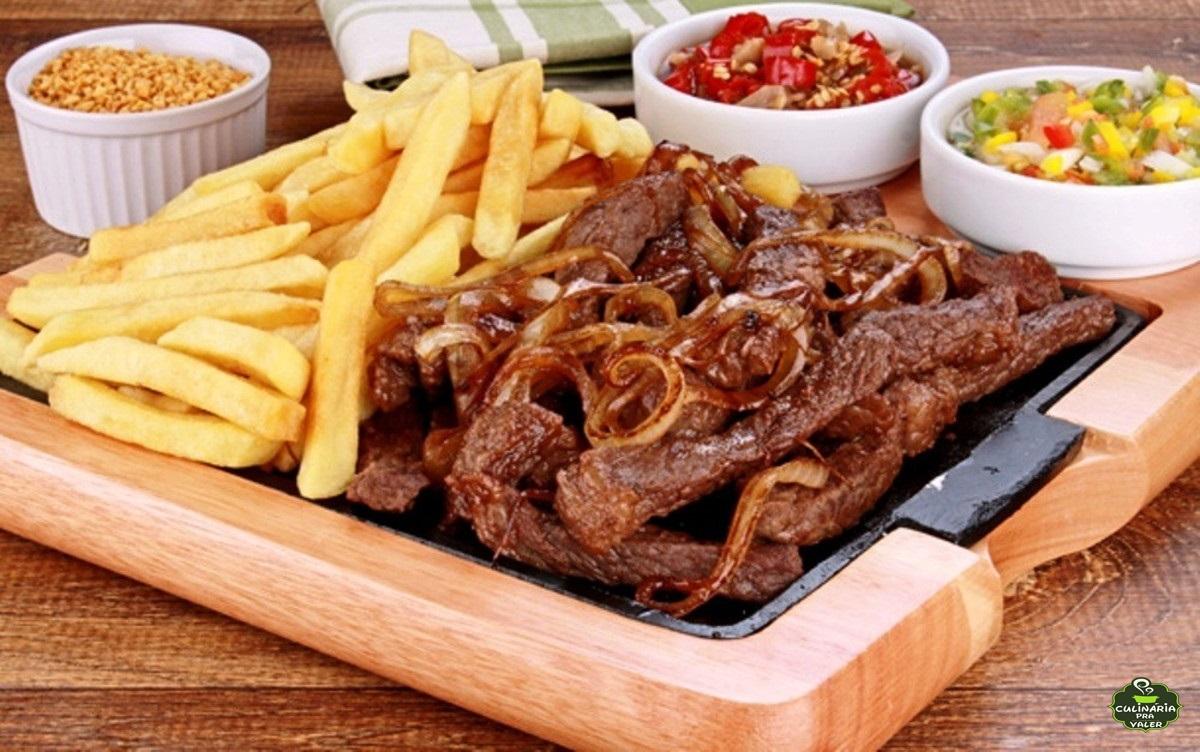 Petisco de bar isca de carne acebolada com batata frita