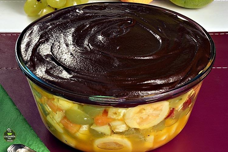 Salada de frutas com chocolate refrescante e serve toda a família