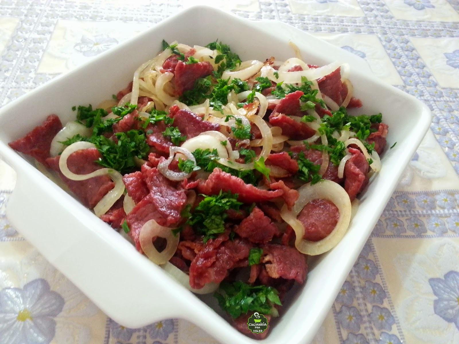 Tira gosto de arrasar carne seca acebolada