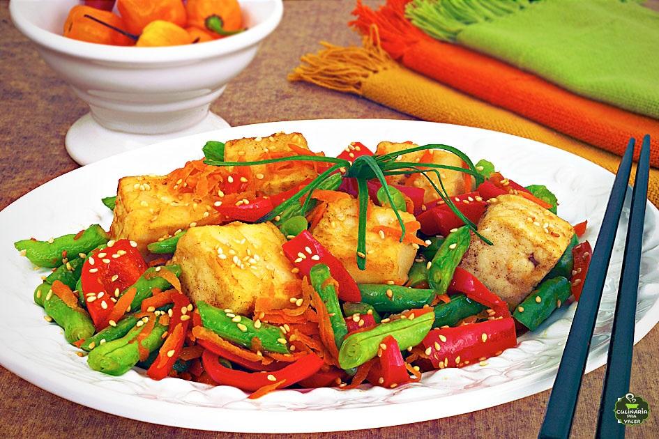 Tofu oriental com vegetais simplesmente maravilhoso