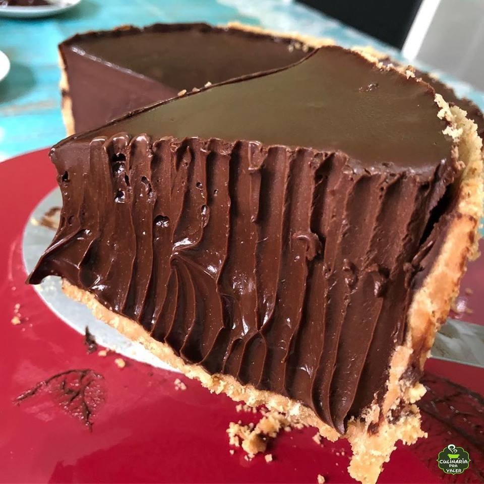 Torta de chocolate cremosa cheio de recheio delicioso