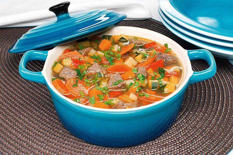 Sopa de carne com legumes uma delícia
