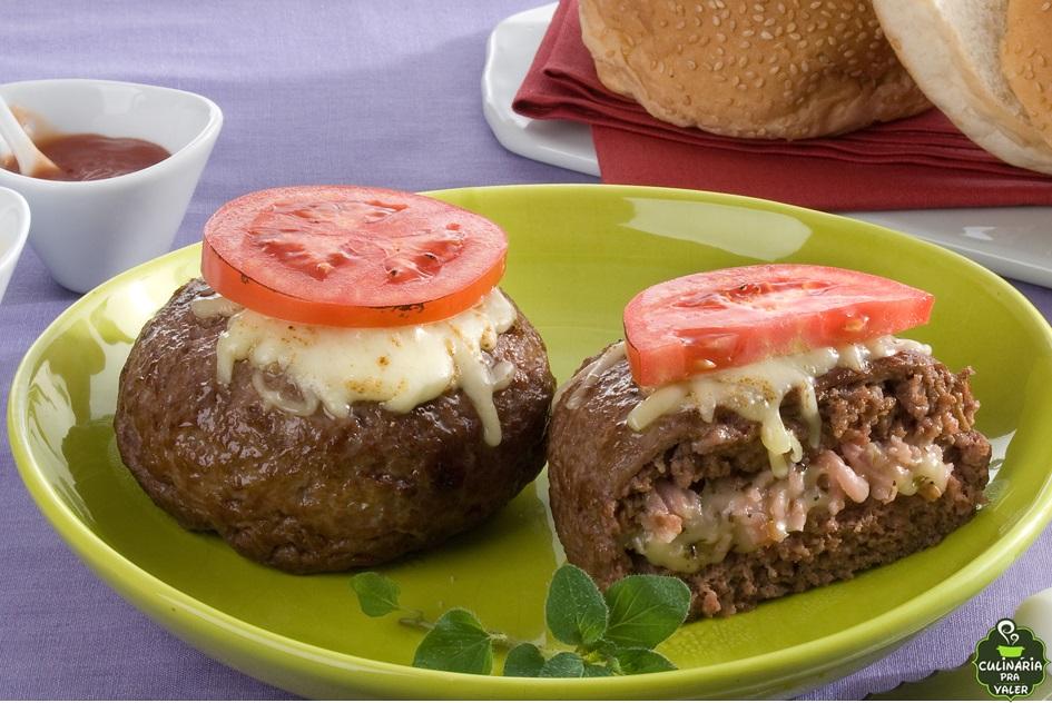 Hambúrguer recheado com presunto e queijo