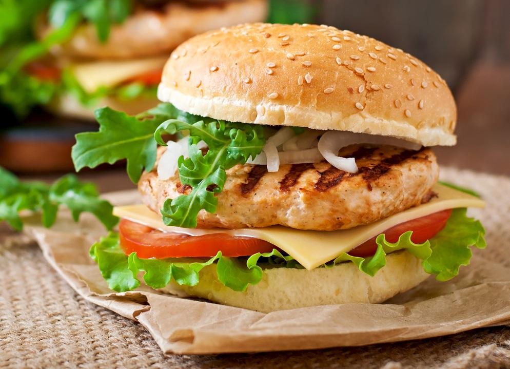 Hambúrguer caseiro de frango - receita super prática e fácil