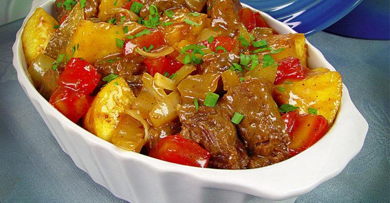 Carne de panela com mandioca e tomate delícia