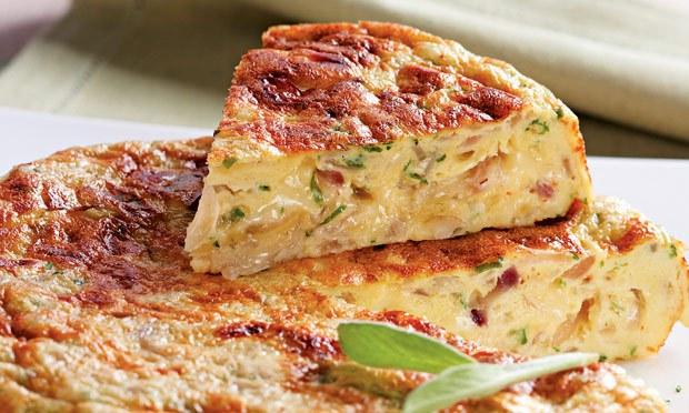 Omelete de forno delicioso com queijo e atum