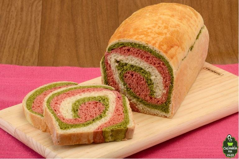Pão colorido de espinafre e beterraba