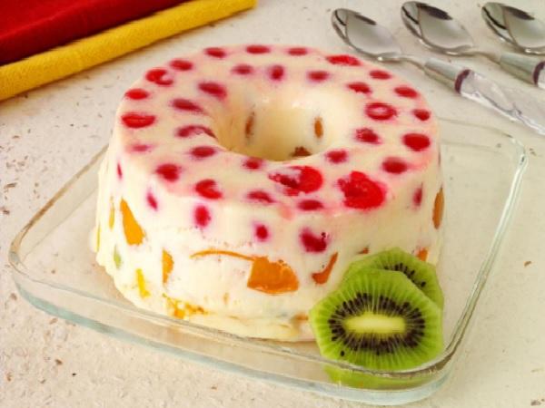 Pudim de maria mole com frutas