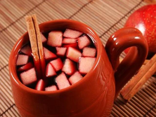 Vinho quente com frutas muito fácil de fazer