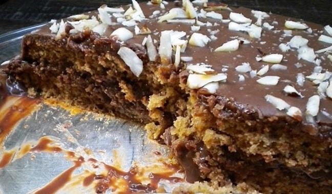 Bolo de ameixas pretas com recheio e cobertura de chocolate – uma delícia