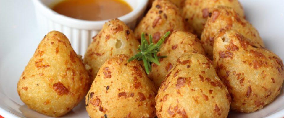 Coxinha de tapioca com queijo branco não leva farinha ou óleo no preparo - uma delícia !