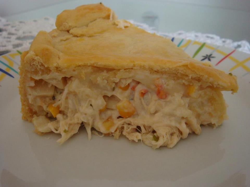 Torta de frango com creme de leite e mussarela uma delícia