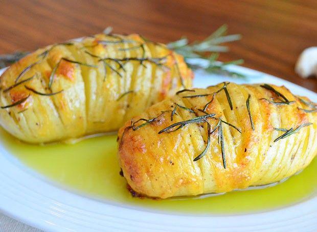 Batata laminada com queijo e alecrim uma delícia