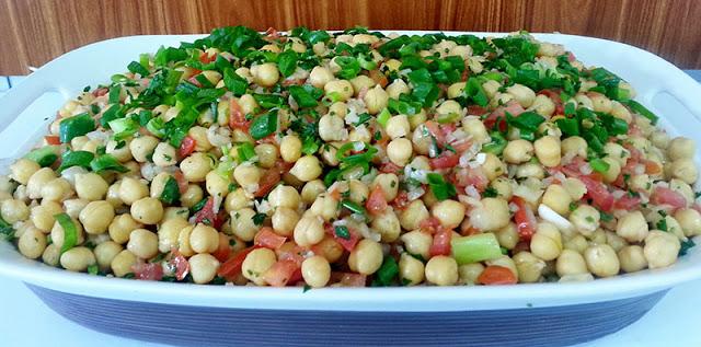 Salada de grão-de-bico, muito deliciosa e saudável